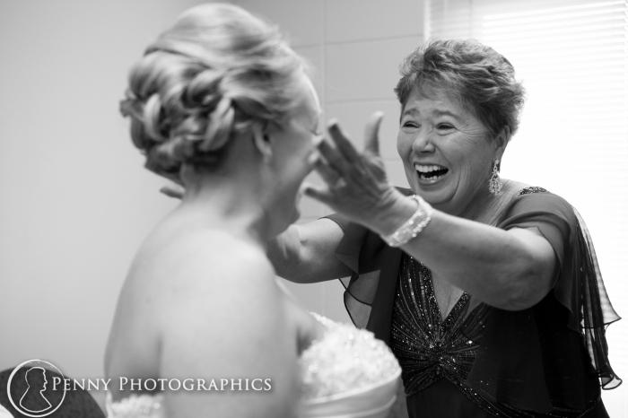 mom sees bride before wedding